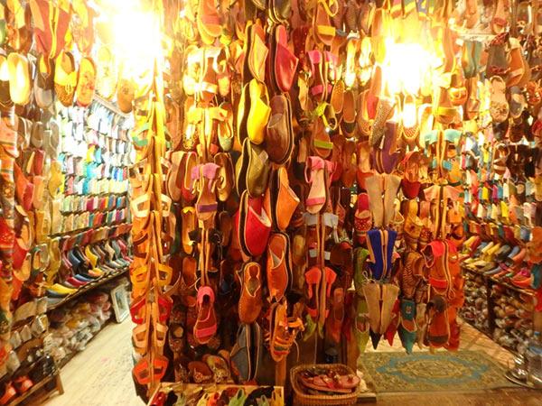 モロッコの伝統的な履物、バブーシュを売るお店が軒を連ねるスーク・スマト・マルガ