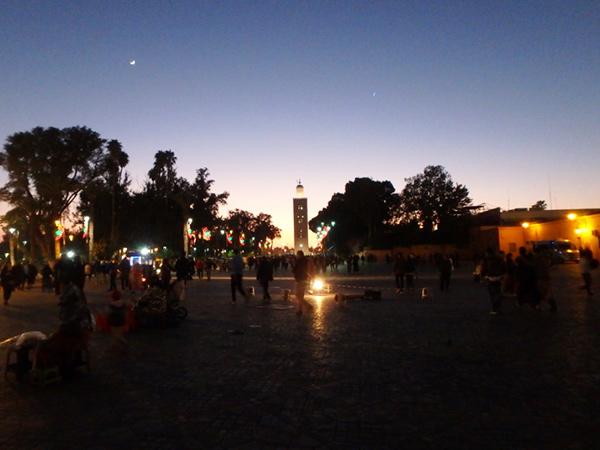あっという間に終わってしまうマラケシュでの1日。夜になるとメディナの中心にあるジャマ・エル・フナ広場は益々賑やかに
