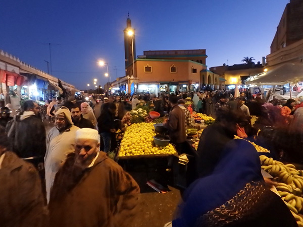 多くの人で賑わうワッド通りの青空市場