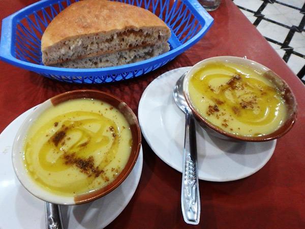 白インゲン豆をペースト状にしてオリーブオイルをかけた濃厚なスープ、ビサーラ