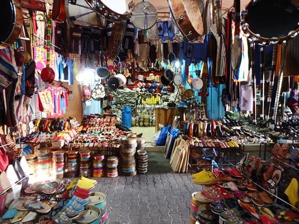 靴や楽器、土産物を売る店が集まっているスーク