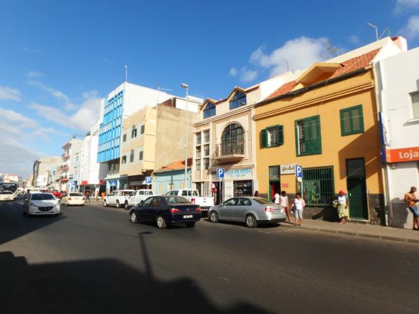 丘の上にある街の中心、プラトー地区の通り Av Amilcar Cabral