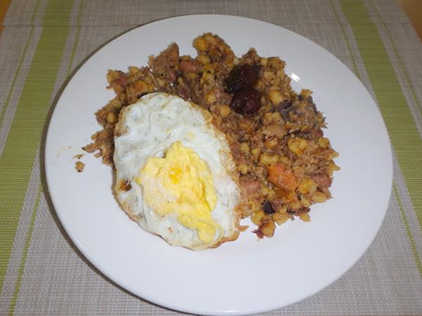 カーボベルデの国民食、カチューパ。豆とコーンを炊いて玉ねぎとバターでソテーしたもの。チョリソーと目玉焼きが添えてあって、何度も食べたくなる美味しさ♪