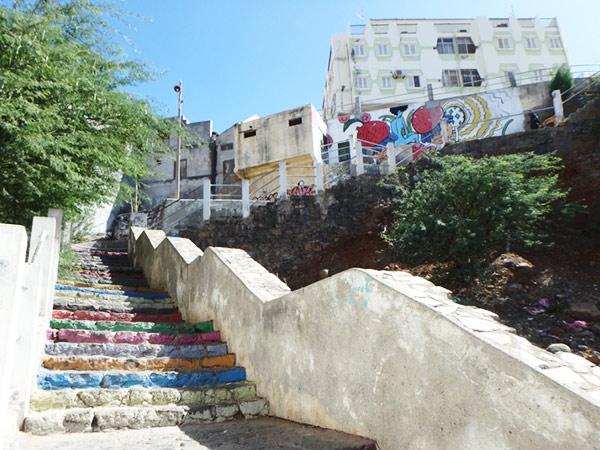 プラトー地区から庶民的な市場、スクピラマーケットへと続くカラフルな階段