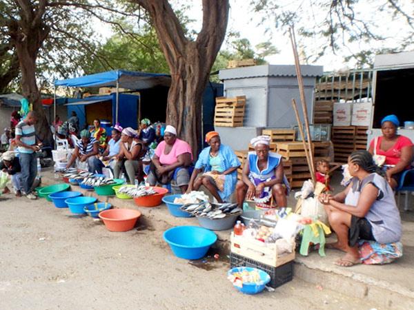 アフリカらしさが漂う、スクピラマーケットで魚を売っている女性たち