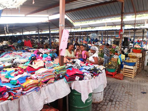 スクピラマーケット。野菜や日用品、土産物などが売られています