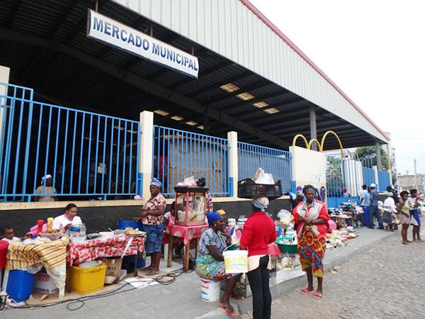 タラファルのメルカド(市場)の前で、軽食などを売っている女性たち