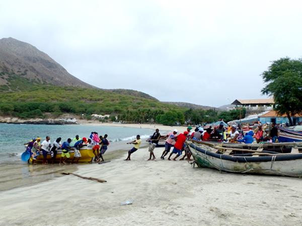 戻ってきた漁船を、みんなで掛け声をかけながら浜に引き上げていました