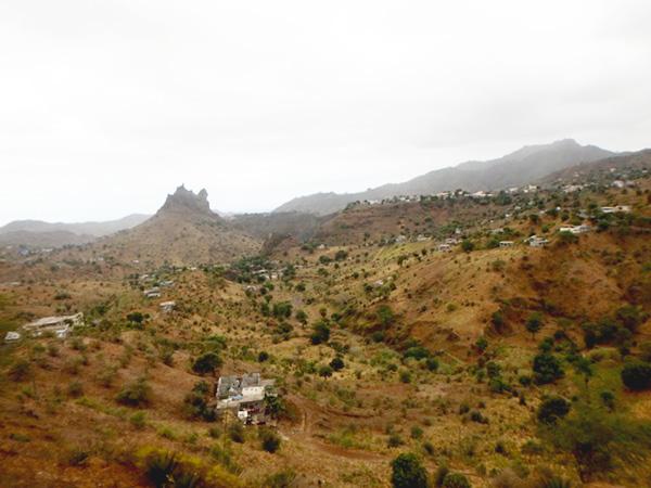プライアから北部の町、タラファルまでの移動中の風景。変わった形をした岩山が次々に現れて、窓から目が離せません