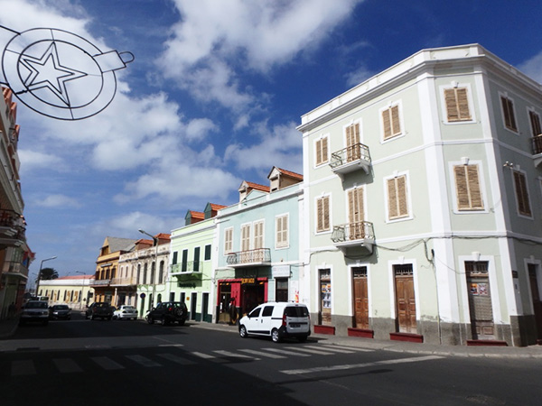 パステルカラーの建物が立ち並ぶミンデロのメインストリート、Rua da Libertad d'Africa