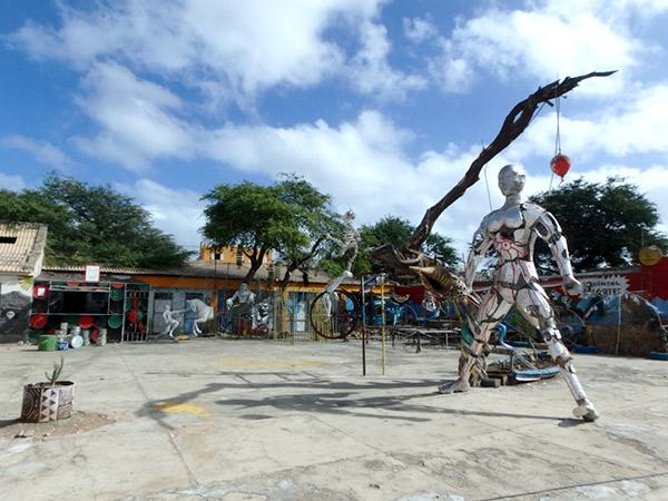 巨大なオブジェが展示されていた不思議な空間。周りにある建物の前で、アーティストたちが作品を作っていました