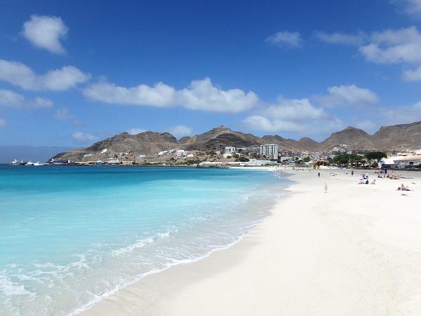 町の北側にある美しい白砂のビーチ、Praia Da Laginha