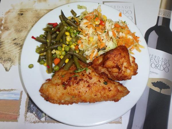 ミンデロでの食事。大きなタラのムニエルとサラダのセット、490エスクード(約600円)