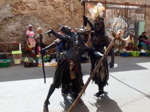 全身を黒く塗り、奇抜な装飾品を身に付けているマンディンガと呼ばれるの男性たち。街中に突然現れてビックリ