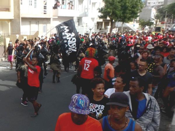 日曜日の静かな住宅街の通りにやってきた、賑やかなマンディンガのパレード