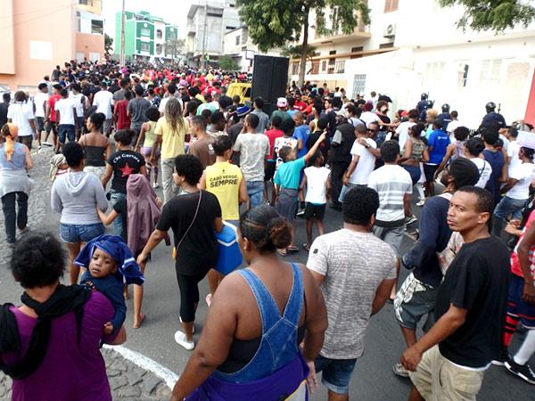 マンディンガのパレードを取り囲んで、通りを歩いている大勢の人々
