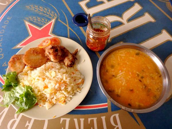 ミンデロのメルカドにある食堂で食べたランチ。ガリーニャコラダ 180エスクード(約230円)、ソパ 60エスクード(約75円)