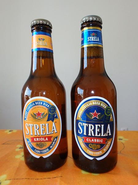 カーボベルデ産のビール STRELA(250ml)。左のKRIOLAはアルコール度数5%で85エスクード(約110円)。CLASSICはアルコール度数5.6%で72エスクード(約90円)。1リットルでも約310円〜約370円と安いのが嬉しい♪