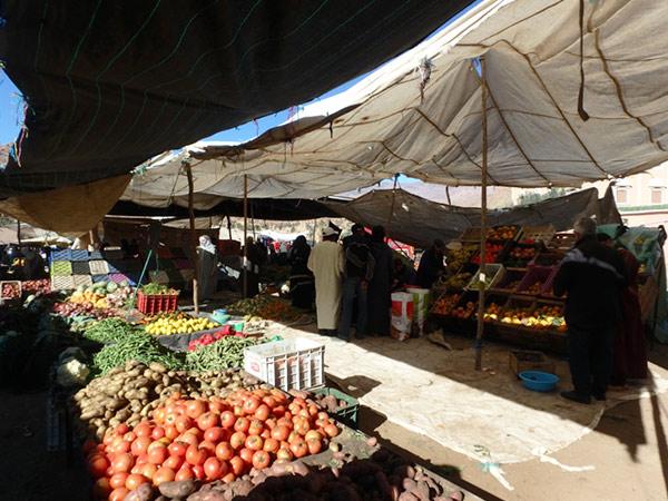 タフロウトの水曜市。大きなテントを張ったお店が並んでいて、野菜や生活雑貨が売られています