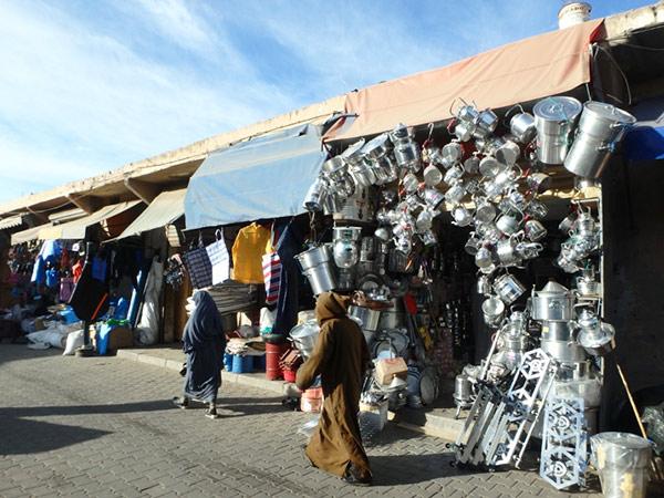 ベルベルスークの金物屋さん。つい欲しくなってしまう、モロッコらしい形のやかんやお鍋がズラリ