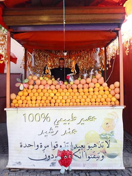 タルモクラート広場の生絞りオレンジジュース屋さん。オレンジの皮のディスプレイがとても良い感じ♪