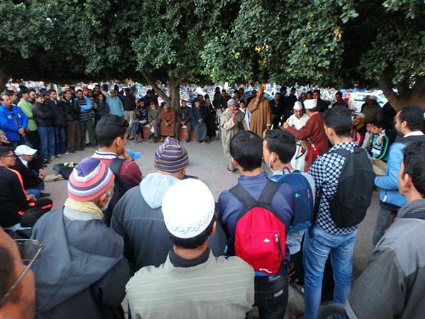 夕方になると、大道芸人を囲む人の輪がいくつも出来るアッサラーグ広場 Place Assarag