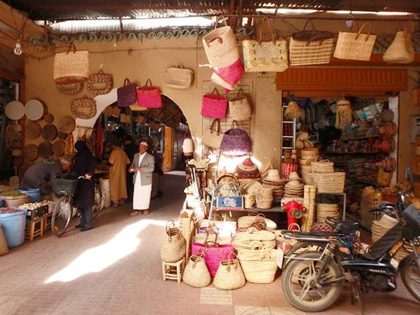 タルーダント製のカゴやシルバー製品、土産物などが売られていて散策が楽しいアラブスーク Souq Aabe
