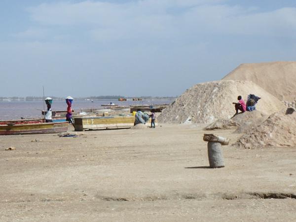 岸でボートから塩を運んでいる女性たち。ここではセネガルとマリ、ギニアコナクリの人々は無料で塩を取って良いのだそうです