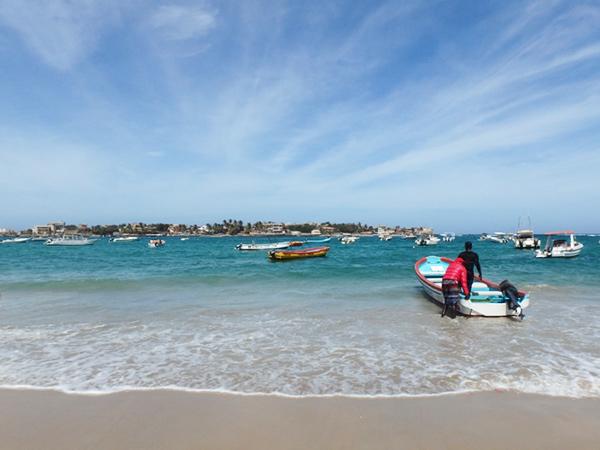 ダカールのンゴール地区にある砂浜から、乗り合いのボートに乗ってンゴール島 Île de N'Gorへ。ボートの運賃は最近値上がりしたのだそうで、往復1,000セーファーフラン(約210円)