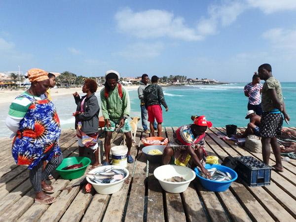 サンタマリア Santa Mariaのビーチにある桟橋で魚を売っている女性たち。レストランの人もここに魚を買いに来ていました