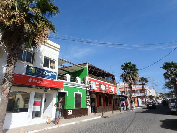 カフェやレストランが並んでいる、サンタマリア Santa Mariaのメインストリート