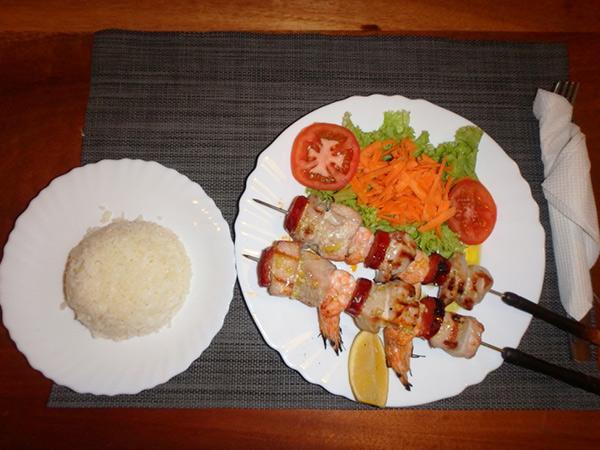 サンタマリアでのディナー♪ 海老と白身魚のブロシェット、ライスとセットで850エスクード(約1,050円)