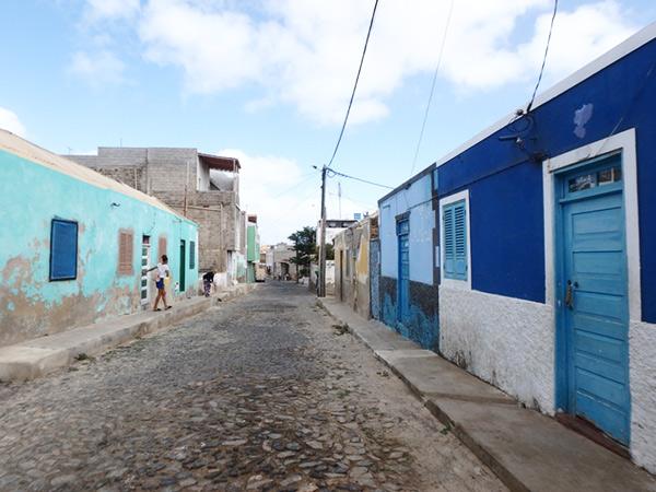 エスパルゴス Espargosの町なかを散策♪建物の壁や扉がブルー系に塗られている素敵な通り