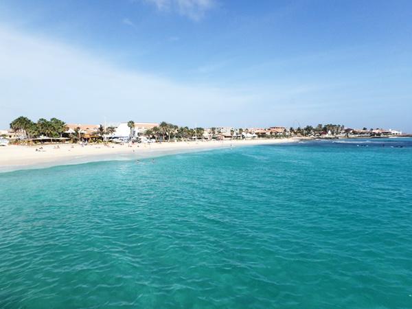 サンタマリア Santa Mariaのビーチ。今の季節は風が強くて波が高いので、海水浴よりも日光浴を楽しんでいる人が多かったです