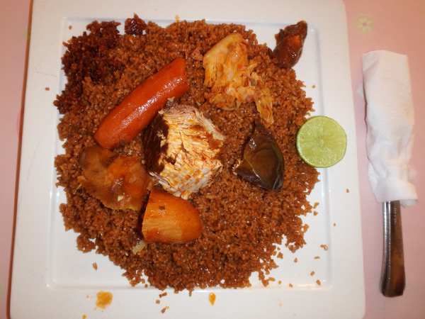 セネガルの国民食、魚と野菜の炊き込みご飯チェブジェン Thieboudienne。ウォロフ語でチェブ=お米、ジェン=魚の意味で、この魚がとても美味♪