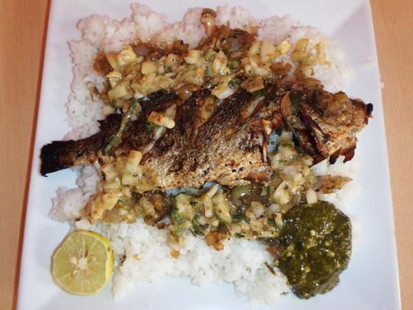 フランス語で「美味しい」という意味の名前がついている料理、セボン C'est bon。ご飯の上に揚げた魚と味付けされた生玉ネギがのっていて、ライムを絞って食べます。付け合わせのネバネバしたオクラの様なものも美味しい感動の一品!