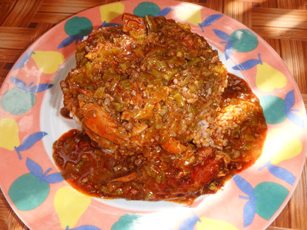 大好物のオクラをたっぷり使った料理、スープカンジャ Soupkanja。カンジャはウォロフ語でオクラの意味で、オレンジ色のヤシ油が使われています。白身魚も入っていて激ウマ!! これは私たちが西アフリカで一番好きな料理です♪