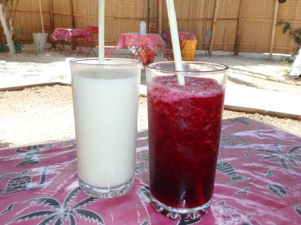 セネガルでよく飲まれているバオバブの実の白いジュース、ブイ Buyと色が美しいハイピスカスのジュース、ビサップ Bissap