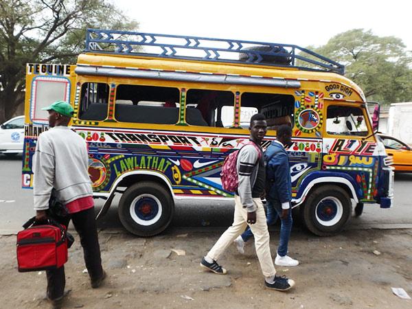 カラフルにペイントされた乗り合いのミニバス、ジャガンジャイ