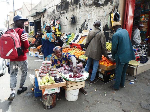 街角の果物屋さん。街や市場を歩いていると、物売りの女性たちが「シノアー!」(中国人!)と威勢よく声を掛けてくるので足早に退散。笑