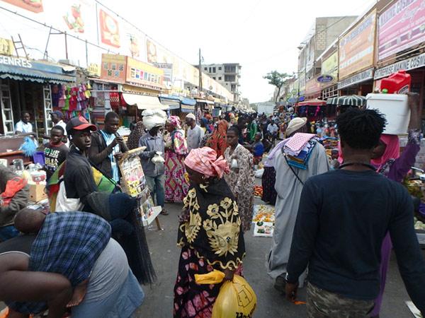 日用品や布を売る店が並んでいるティレン市場、Marché Tilène。曜日や時間帯で市場内の路上で売られている物が違っているようでした
