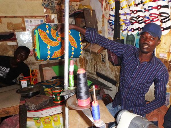 バッグを作っている職人さん。セネガルはモロッコと同じく手工芸品の製作が盛ん