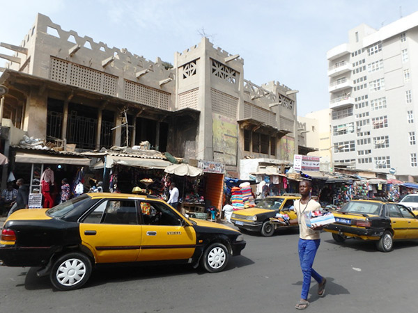 ダカール最大の市場、サンダガ市場 Marché Sandaga。2人でパーニュで作ったパンツを着て歩いていると、次から次に衣類や布を売る店の客引きが現れて歩くのが大変でした・・・