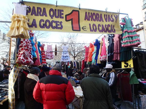 スペインらしいフラメンコの衣装が目を引く古着屋さん。下に置かれている古着は1ユーロと激安!