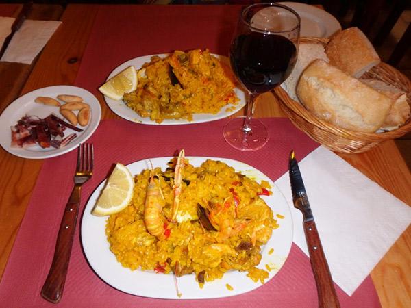 マドリッドで食べたお得なランチ、メヌー・デル・ディーア Menú del  Día。山盛りのパエリアにマグロのステーキ、サラダ、パン、デザート、ワイン、コーヒーのセットで13ユーロ。量の多さにビックリしました(^_^;)