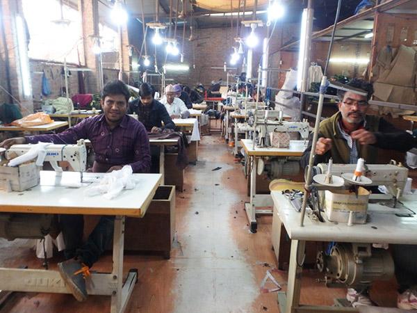 工場で一枚一枚丁寧に服を縫い上げている職人さんたち。いつもありがとうございます!
