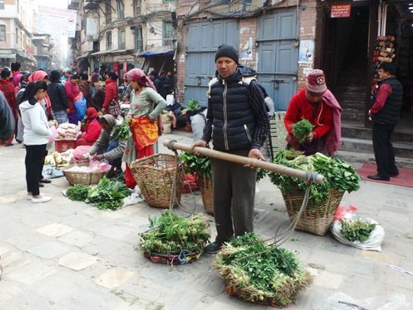 タメル地区を出て、地元の人々で賑わうインドラチョークやアサンチョークへ。朝は路上で新鮮な野菜が売られています