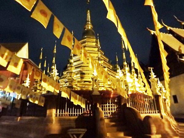 お堀に囲まれているチェンマイの旧市街の中には寺院が点在していて、カフェやレストランもたくさんあるので休憩しながらのんびりと町歩きを楽しむことが出来ます