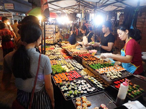 タイのナイトマーケットでは、お寿司屋さんが大人気!小さめサイズのお寿司は1つ5バーツから10バーツ(約17.5円〜35円)