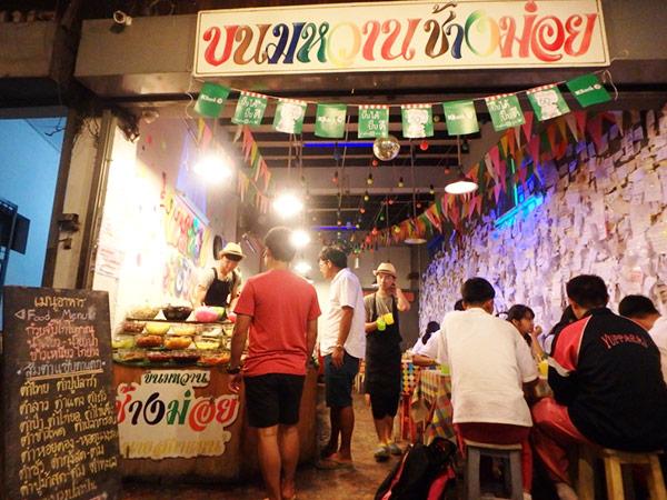 チェンマイのチャーン・モーイ通り Chang Moi Rdにある、夜だけ開いている地元の人に大人気のカフェ